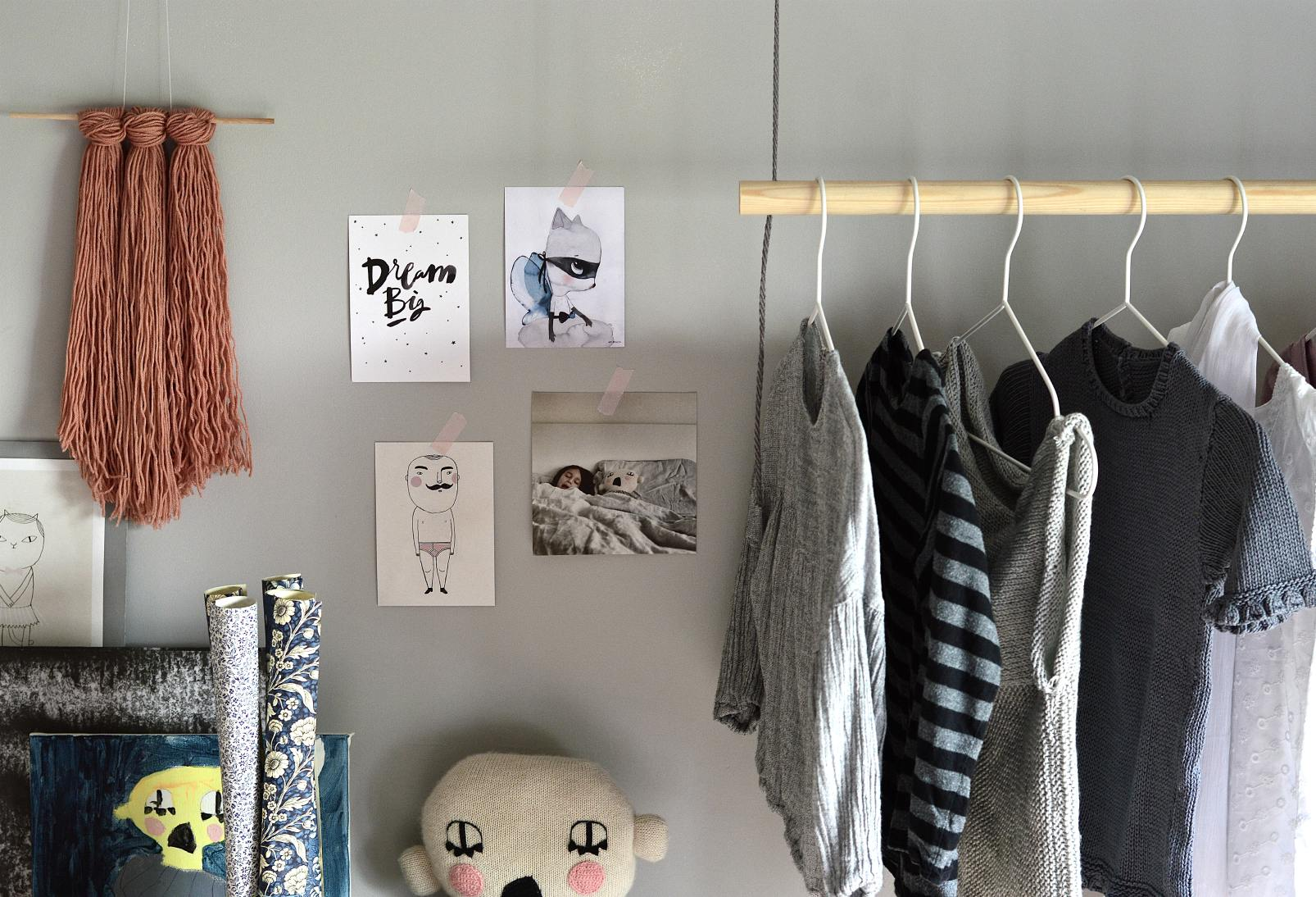 diy hanging clothes rack wood